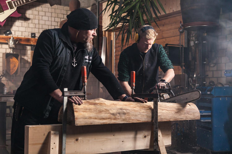 Hasso Maaß und Max Bayer-Eynck mit Kettensäge am Holzbock