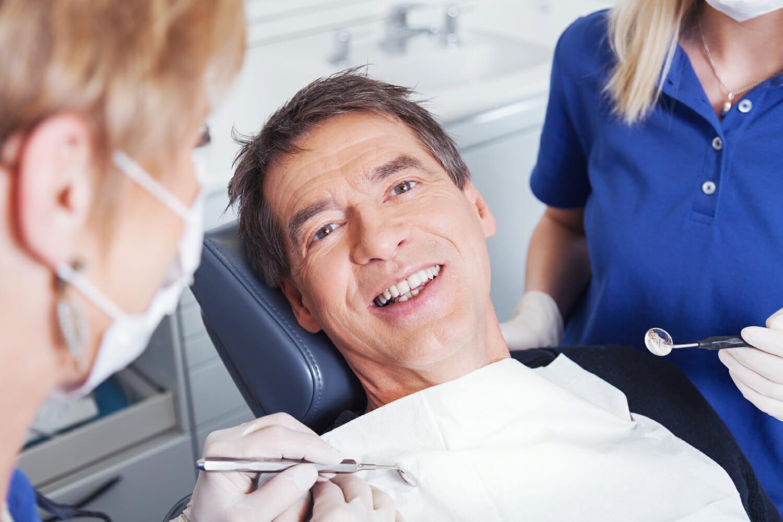 Lächelnder Patient auf Behandlungsstuhl
